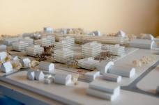 """Textauszug aus dem """"Haus der Zukunft Plus""""-Leitprojekt ECR (s.a. Link): Mit der Realisierung des """"Plusenergieverbundes Reininghaus-Süd"""" soll ein Demonstrationsbauvorhaben geschaffen werden, das eine wirtschaftlich umsetzbare, technisch und organisatorisch innovative Lösung für Plusenergieverbundkonzepte der Zukunft schafft. Der Plusenergieansatz findet dabei nicht auf Ebene des einzelnen Gebäudes, sondern innerhalb eines multifunktionalen Gebäudeverbundes statt. In einem ersten Schritt wird das einzelne Gebäude optimiert und wandelt sich vom Energieverbraucher zum Energieerzeuger, im zweiten Schritt bringen Synergien innerhalb des Gebäudeverbundes eine weitere Optimierung des Systems. Modell des Projekts Peter Roseggerstraße, Nussmüller Architekten. Foto: Stadt Graz/Fischer"""