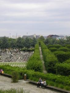 Abb. 21: Paris- Mittagspauseplatz mit Friedhof im Hintergrund. Alle Fotos © Zita Oberwalder; entstanden 2007.