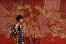 Fundacion. Touristin vor einem Gemälde Manriques