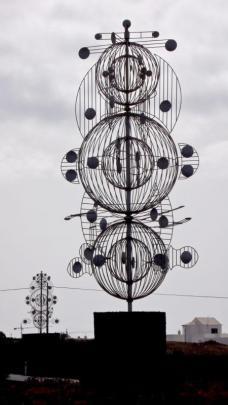 Skulptur im Kreisverkehr nahe der Fundacion