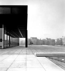 Mies van der Rohe: Neue Nationalgalerie Berlin, 1962-1968, obere Halle. Die Neue Nationalgalerie ist Teil des Kulturforums, das westlich des Potsdamer Platzes liegt. Die Neue Nationalgalerie liegt in unmittelbarer Nachbarschaft zur Architektur des Marlene-Dietrich-Platzes, in denkbar größtem Kontrast zu dieser.