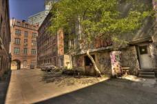 Hofansicht eines Teiles des sg. Gängeviertels, welches 2009 von Künstlern – unter der Schirmherrschaft des bekannten Hamburger Malers Daniel Richter – besetzt wurde. Damit sollte zum einen gegen den Abriss eines der letzten Fragmente des historischen Gängeviertels durch einen Investor protestiert werden, der anstelle dessen hochpreisige Büro- und Wohnflächen im Zentrum der Stadt errichten wollte. Zum anderen fordern die Besetzer bezahlbare Wohn- und Arbeitsräume auch im Zentrum der Stadt, welches sich auch in Hamburg kapitalmarktgetriebenen Gentrifizierungsbewegungen ausgesetzt sieht.