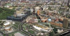 Luftbild des Quartiers Potsdamer Platz von Westen aus gesehen. Im Vordergrund das sg. Kulturforum mit der Philharmonie und Staatsbibliothek von Hans Scharoun. Der Marlene-Dietrich-Platz liegt im Zentrum des Bildes.