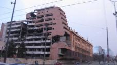 Komplex des Generalstabs, geplant von Nikola Dobrovic, wurde 1999 von der NATO bombardiert, heute unter Schutz gestellt.