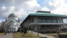 Kontraste: Nationalbibliothek (1973), geplant von Ivo Kurtovic und St. Sava Kirche