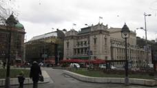 Das Nationalmuseum (li, geschlossen) und Nationaltheater (re) am Platz der Republik