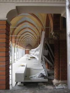 06Jeweils vier Urnen werden in die 40/40/60 cm großen Edelstahlnischen gestellt, die schräg in die Urnenwand eingeschoben sind. Baustelle am 28.04.2009. Foto: Karin Wallmüller