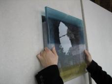 2 cm starke, individuell gefärbte Glastafeln decken die Urnennischen ab. Foto: Karin Wallmüller