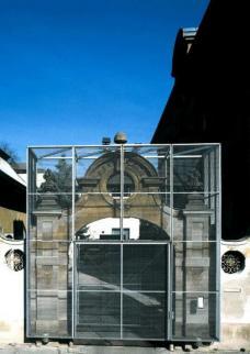 Das noch intakte Tor zum einstigen Haus der Architektur Graz, mit Blick von der Engelgasse. Planung: Franz Sdoutz, Wettbewerb (1. Preis) 1991, Realisierung 1993, Abbruch 2008. Foto: (c) Paul Ott