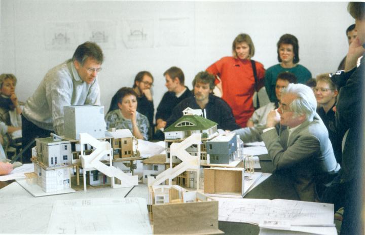 Partizipatorisches Bauen, Frei Otto mit den zukünftigen Bewohnern der Öko-Häuser, IBA Berlin 1987
