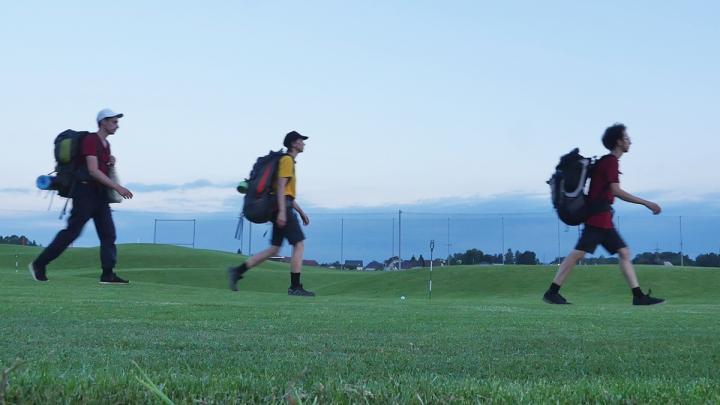 gehen_ueber_den_golfplatz_grazer_murauen_cadina_f._camhy.jpg