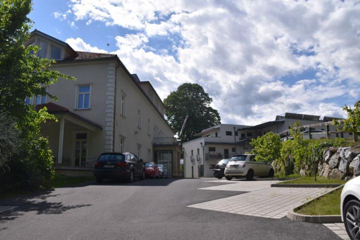 bild_1_ausgebaute_villa_als_firmensitz_und_neubauwohnanlage_mit_ueppigem_parkplatzangebot.jpg