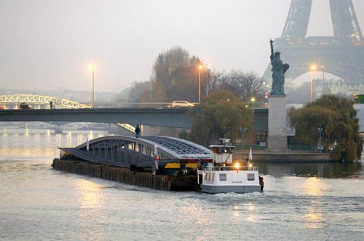 Ankunft der Passerelle Simone de Beauvoir in Paris
