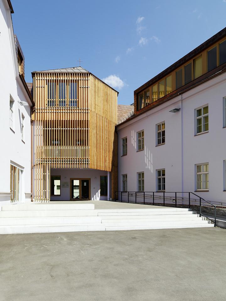 Josefinum Leoben, Kapelle und Haupthof zwischen den beiden Bestandgebäuden