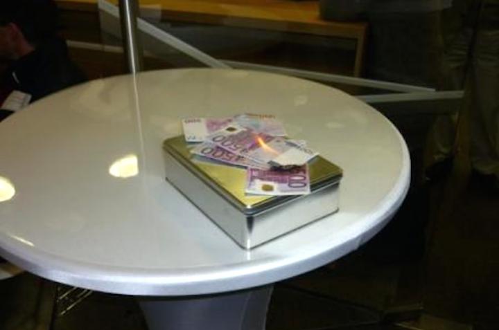 geld_verbrennen_spontane_anonyme_installation_im_foyer.png